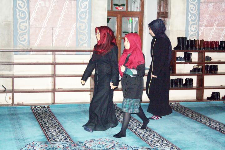 Kız öğrenciler, sabah  namazında buluştu