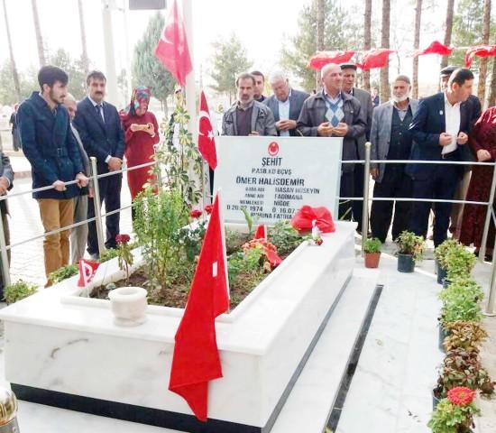 Şehit Aileleri Derneği Ömer  Halisdemir'in mezarını ziyaret etti