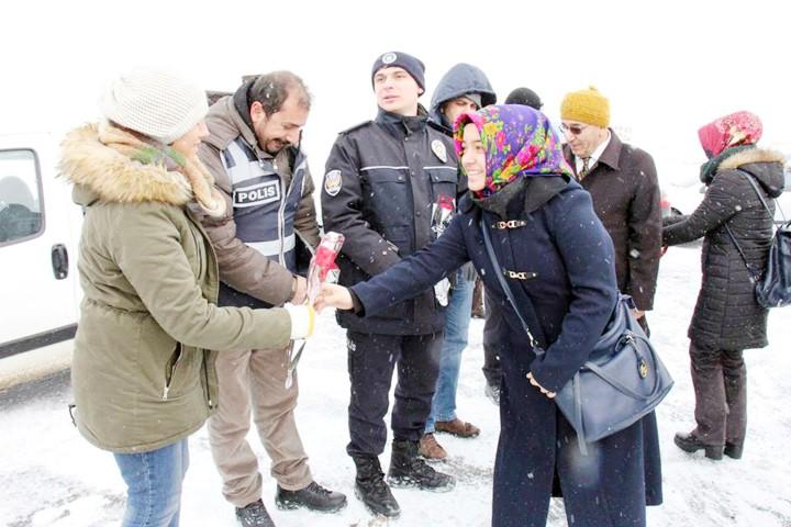 Üniversite öğrencileri polislere  çorba ikramında bulundu