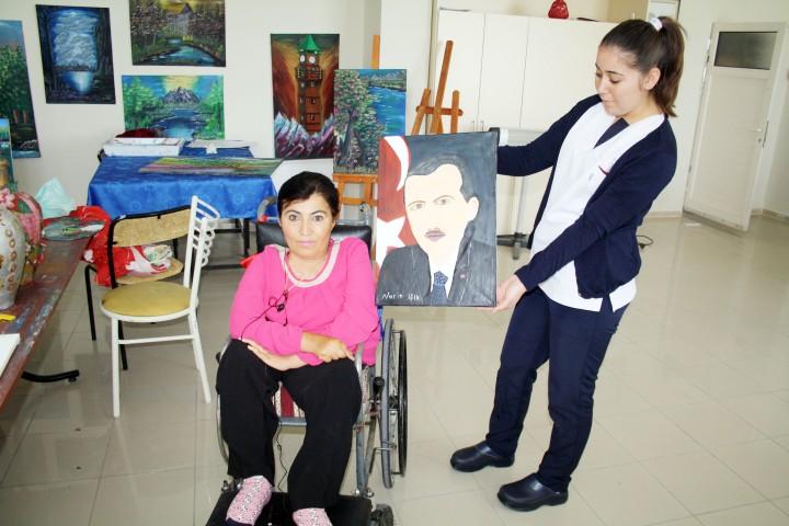Ağzıyla yaptığı portreyi Erdoğan'a  hediye etmek istiyor