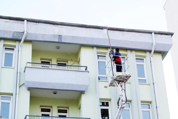 Belediye ekipleri, çatıda oluşan  buz kütlelerini temizledi