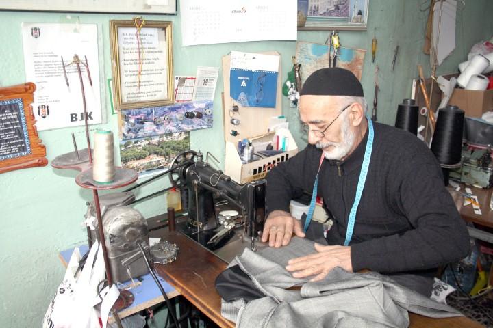 70 yıllık dikiş makinesiyle  teknolojiye meydan okuyor