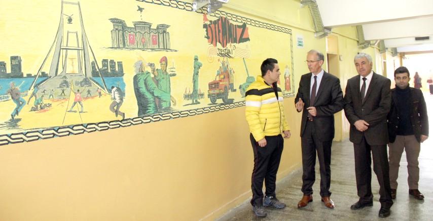 15 Temmuz darbe girişimi okul  koridoru duvarında ölümsüzleştirildi