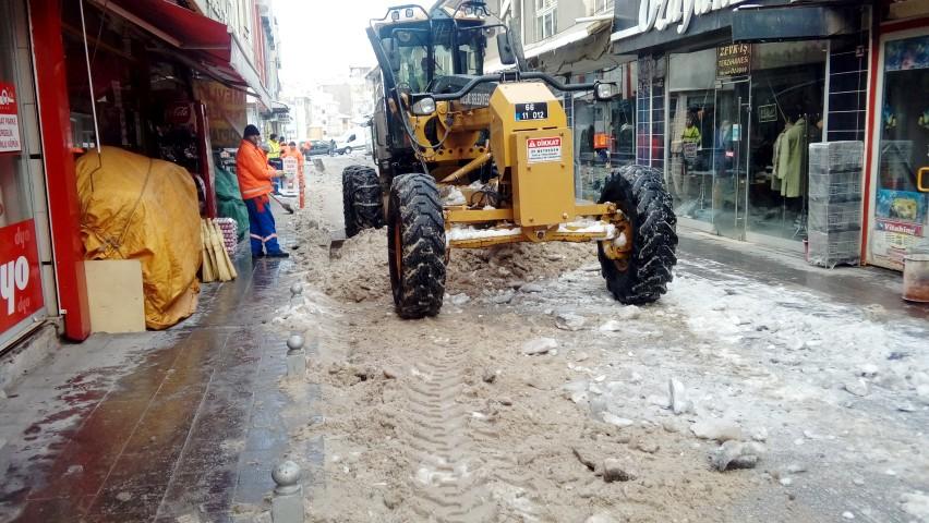 Belediye kar temizleme  çalışmasını sürdürüyor