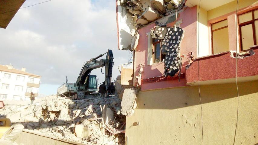 Depremden hasar gören bina yıkıldı