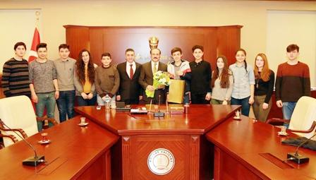 Balkan gezisinden dönen öğrenciler  Vali Yurtnaç'ı ziyaret etti