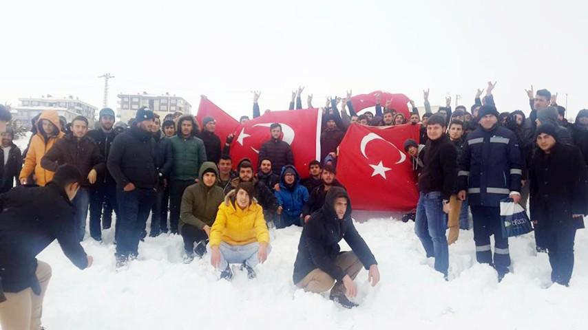 Öğrenciler, karla kaplı dağda Sarıkamış  şehitleri için 1914 adım yürüdü
