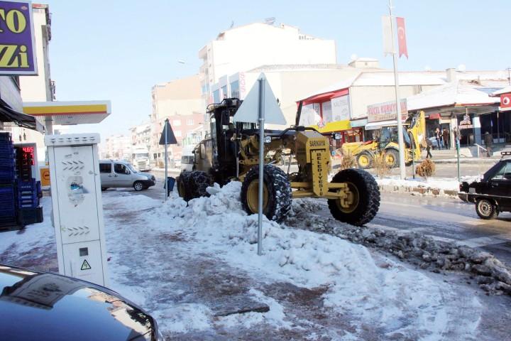 Sarıkaya Belediyesi kar  temizleme çalışmalarını sürdürüyor