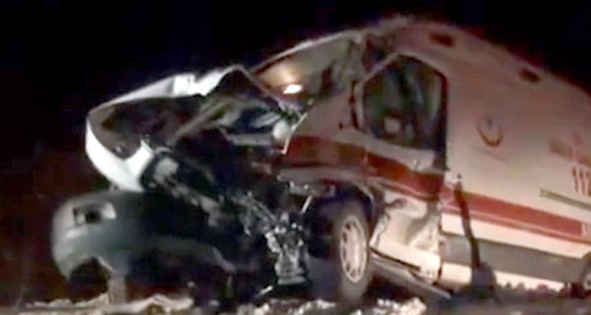 Ambulans, graydere  çarptı 2 kişi yaralandı