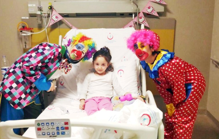 Üniversite öğrencilerinden  Hasta çocukları eğlendirme projesi