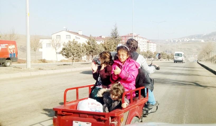 Motosiklet sepetinde 3 çocuğu  ile tehlikeli yolculuk
