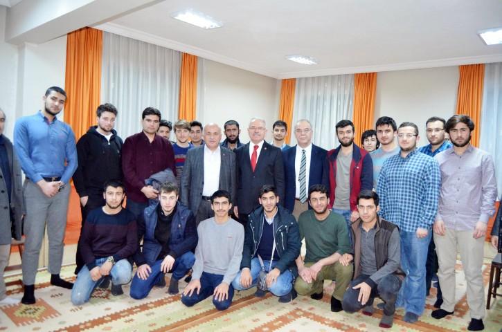 Rektör Karacabey yurt  öğrencileriyle bir araya geldi