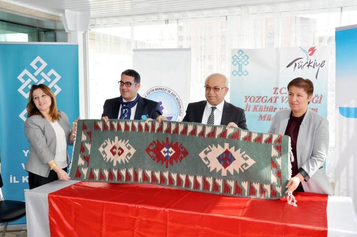 Kadınlar Yozgat'ın  yöresel değerlerini işliyor