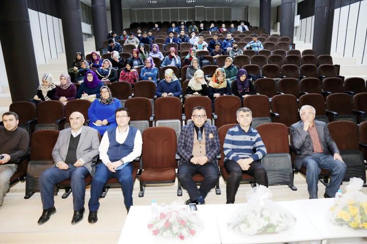 """İlahiyat Akademisinde  """"Medya ve din ilişkisi""""semineri"""