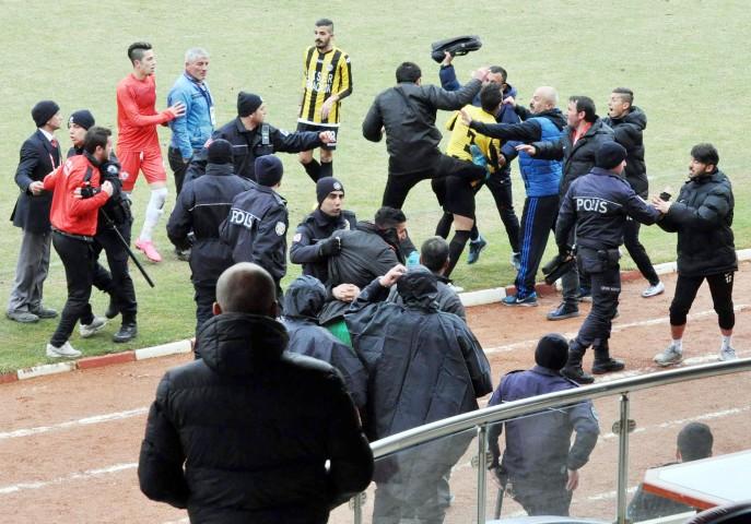 Amatör küme maçında saha karıştı