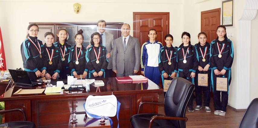 Hentbol Şampiyonu öğrencilerden Milli Eğitim Müdürü Tekin'e ziyaret