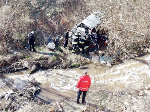 Otomobil dereye uçtu  1 kişi hayatını kaybetti