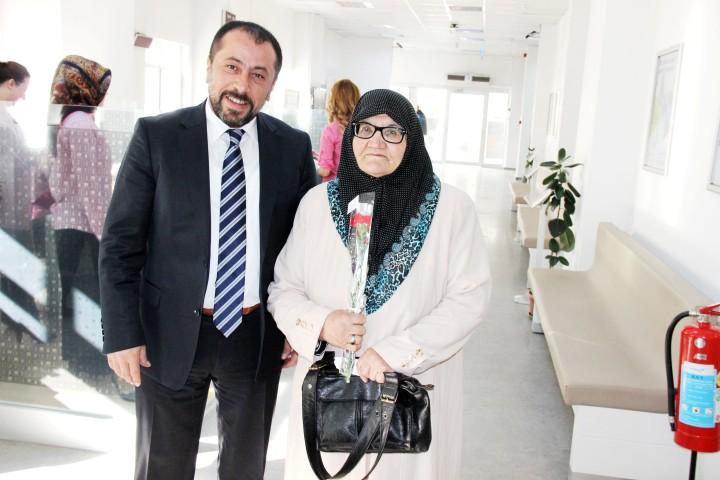 Türk Telekom kadın  müşterilerine karanfil dağıttı