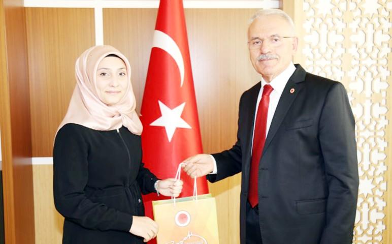 Rektör Karacabey'den Türkiye ikincisine ödül