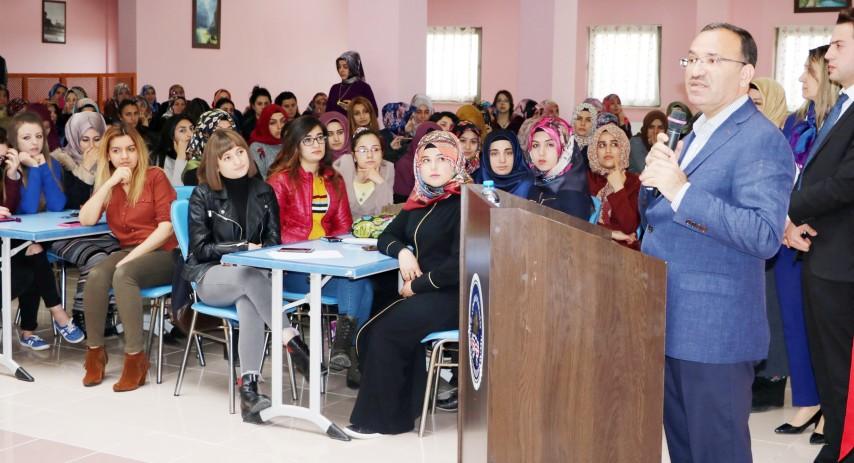Bakan Bozdağ, üniversite  öğrencilerinin sorularını yanıtladı