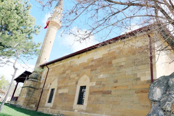 Asırlık dut ağacının  gölgesinde asırlık cami