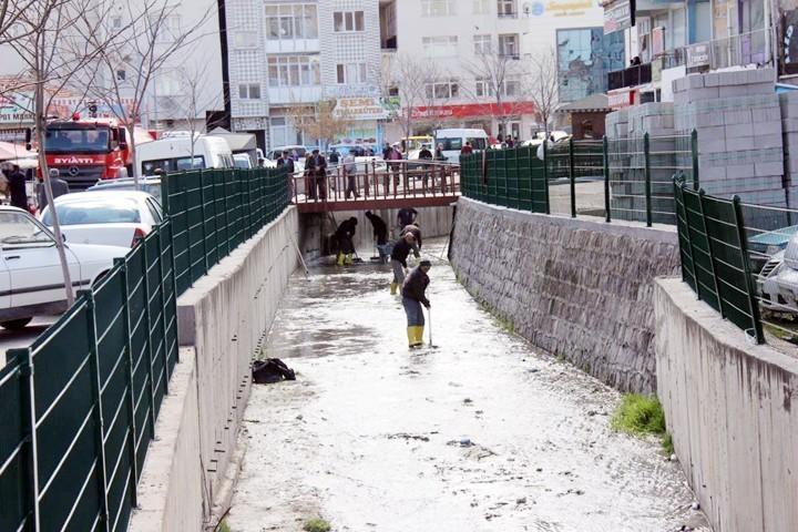 Sarıkaya Belediyesi su  kanalında temizlik çalışması