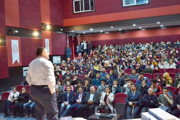 Gençlerde kişisel gelişimi ve  takım ruhu konferansı verildi