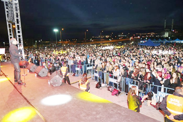 Öğrenciler Rafet El Roman konserinde coştu