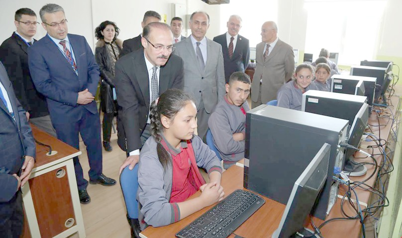 Vali Yurtnaç: Bilgisayarsız  köy okulu kalmayacak
