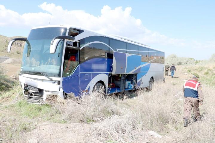 Yolcu otobüsü  şarampole girdi
