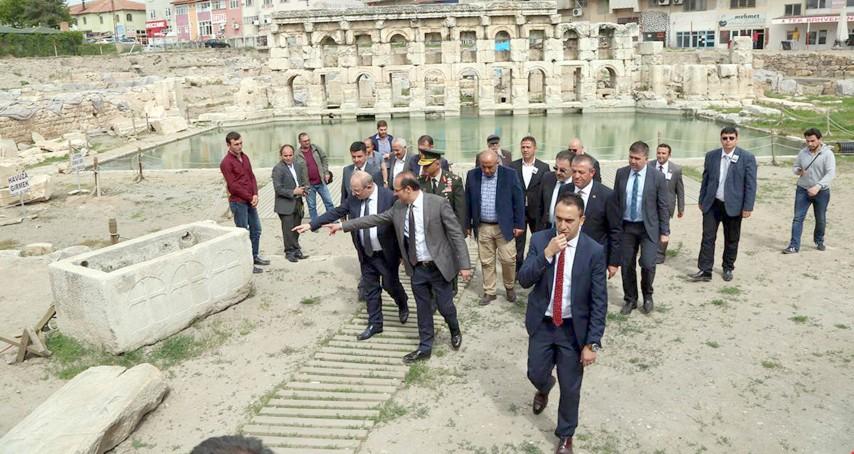 Bakan yardımcısı Öztürk Roma  Hamamında incelemelerde bulundu