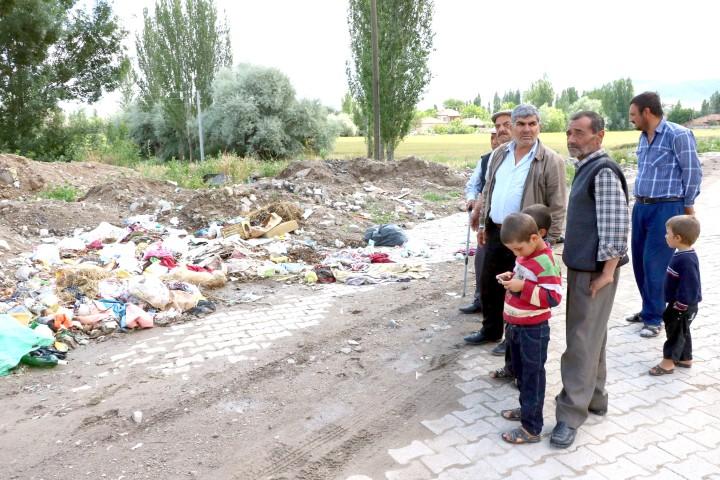 Biriken ve alınmayan çöpler  vatandaşları çileden çıkardı