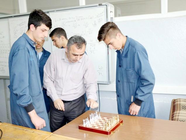 Öğrenciler pirinç ve alüminyumdan  satranç takımı üretti