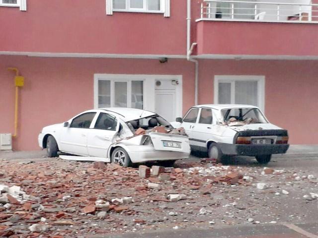 Şiddetli rüzgar binanın çatısını uçurdu