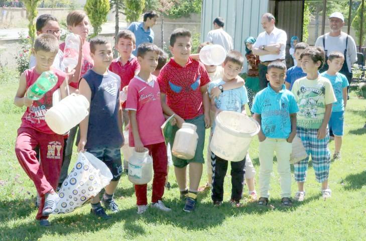 Kur'an Kursu öğrencileri  camileri için pet şişe topluyor