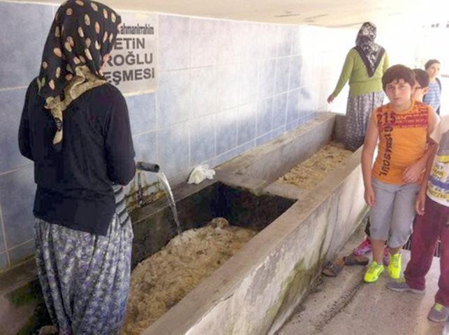 Ev kadınları halılarını mahalle çeşmelerinde yıkıyor