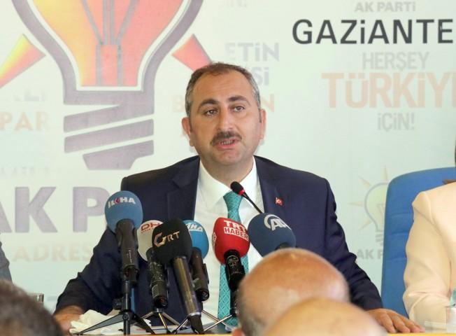Adalet Bakanı Abdulhamit Gül: Tişörtle kahramanlık olmaz
