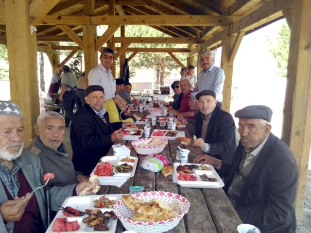 Huzurevi sakinleri  piknikte eğlendi