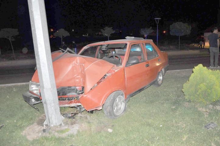 Otomobil önce minibüse sonra elektrik direğine çarptı