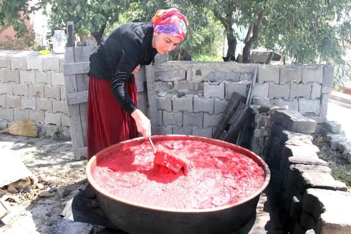 Kadınlar mutfaklarını kışa hazırlıyor