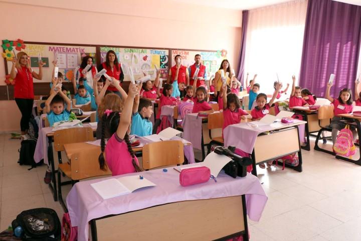 Gençlik Merkezi Liderleri öğrencilere kalem seti dağıttı