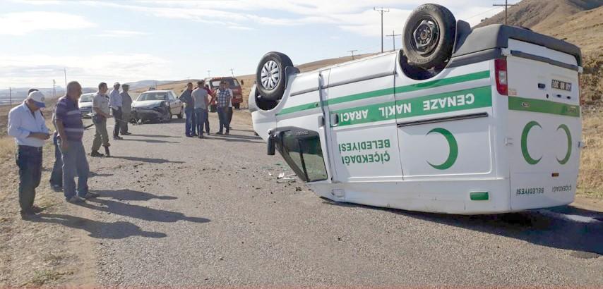 Cenaze aracı otomobille çarpıştı bir kişi yaralandı