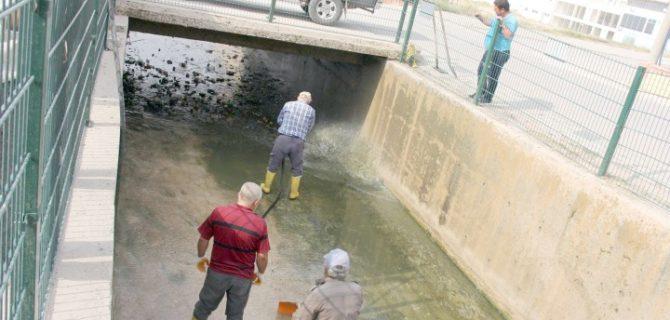Sarıkaya Belediyesi su kanalında temizlik çalışması yaptı