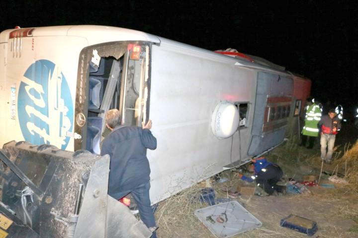 Otobüs devrildi 3 kişi  öldü 43 kişi yaralandı