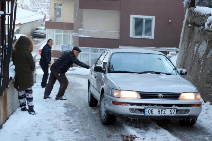 Yozgat'ta buzlanan yollar  sürücülere zor anlar yaşattı