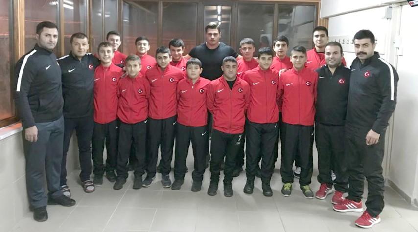 Kayaalp' ten güreşçi öğrencilere eşofman takımı