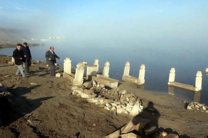 Köylüler, baraj sularının çekilmesiyle  ortaya çıkan mezarlıkları ziyaret etti