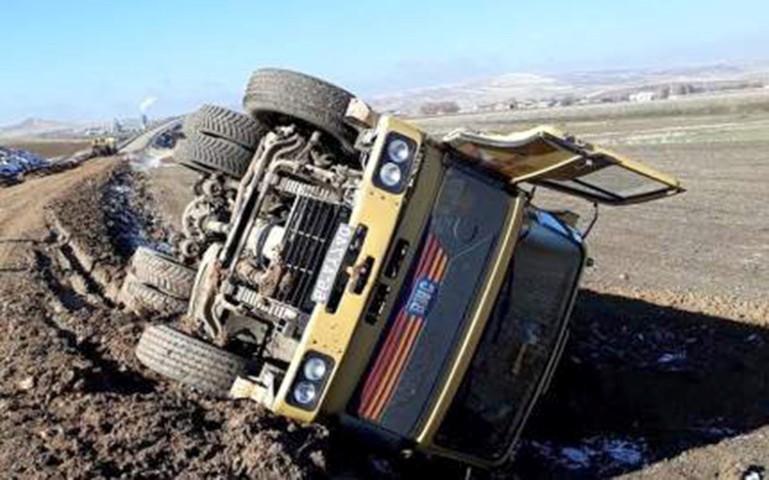 Yozgat'ta kamyon şarampole devrildi, 1 kişi yaralandı