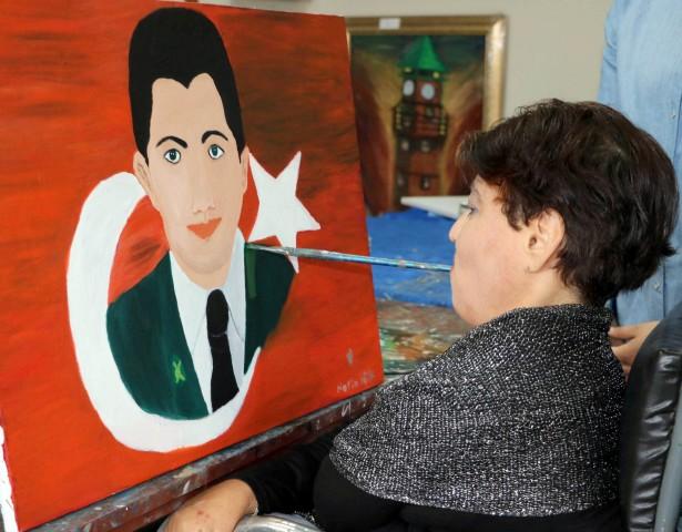 Ağzıyla 15 Temmuz Şehidi Ömer  Halis Demir'in resmini çizdi