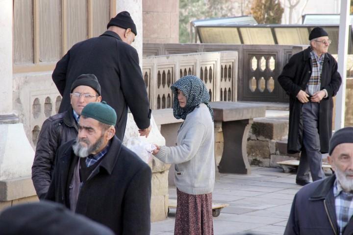 Dilenciler cami önlerini  mesken tutuyor